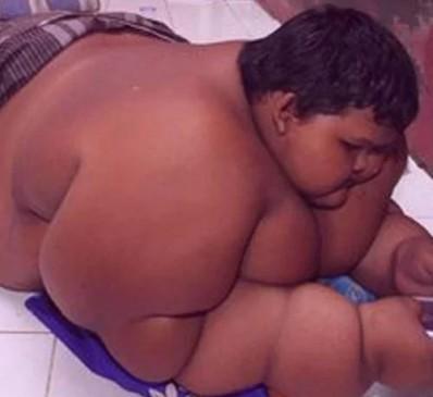 दो हाथी के बराबर है इस बच्चे का वजन, पेट भरने कर्ज में डूबा पिता