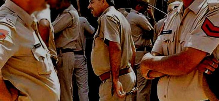 निर्माणाधीन मंदिर में टांगे 786 लिखे नीले झंडे, पुलिस तैनात