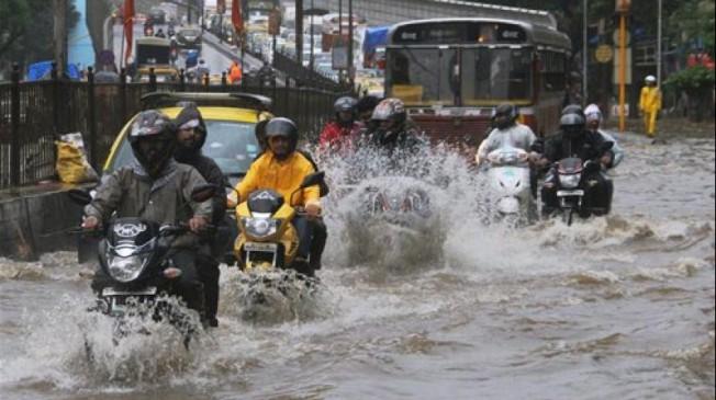 बारिश ने मुंबई को किया ठप, सेल्फी लेती लड़की डूबी