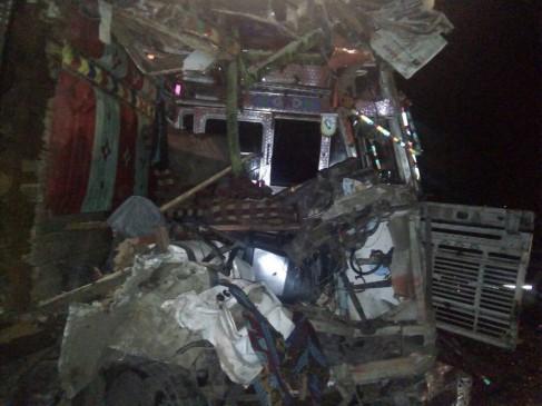 कटनी में बस-ट्रक की टक्कर, 2 लोगों की मौत