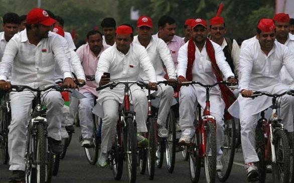 योगा-डे : साइकिल पर चढ़े अखिलेश, मोदी को दिया जवाब