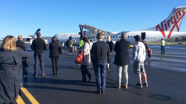 'भागो-भागो' सुन प्लेन से कूदे यात्री, निकली बम की अफवाह
