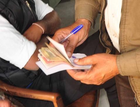 6 सौरु. की रिश्वत लेते बाबू गिरफ्तार, लोकायुक्त ने रंगे हाथों पकड़ा