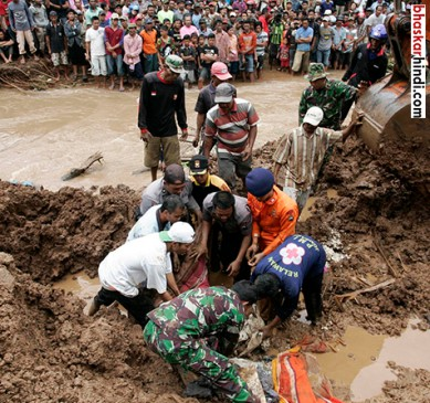चीन में बाढ़ और भूस्खलन में 34 मरे , 93 लापता