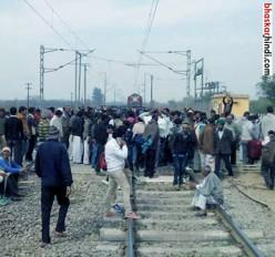 फिर उग्र हुए किसान, होशंगाबाद में रोकी ट्रेन
