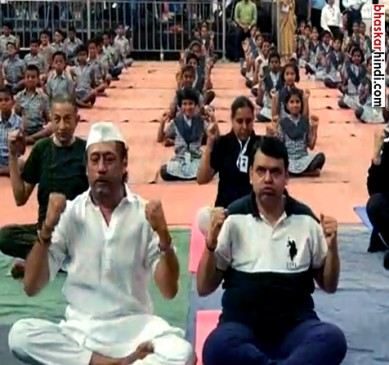 महाराष्ट्र CM देवेन्द्र फड़नवीस और जैकी श्राॅफ ने एक साथ किया योग