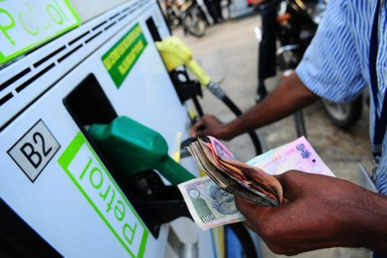 पेट्रोल-डीजल की कीमतें घटी, अब हर दिन होगा बदलाव
