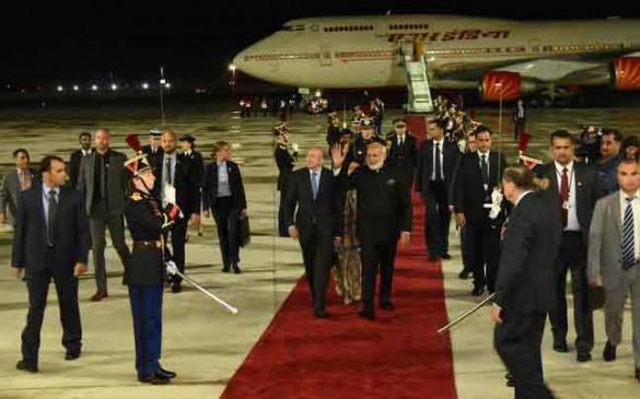 फ्रांस पहुंचे पीएम मोदी, कहा- महत्वपूर्ण रणनीतिक साझेदार के साथ संबंधों को बढ़ाने आया हूं