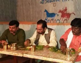 केंद्रीय मंत्री की औपचारिकता, बाहर से मंगाकर खाया आदिवासी के घर खाना