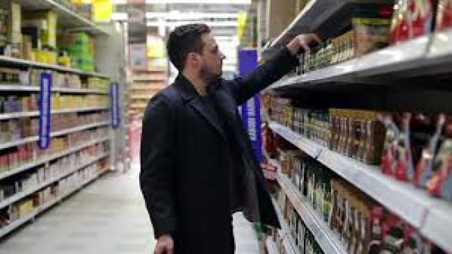 लड़की ने सुपर मार्केट में लड़के को किया परेशान, देखें वीडियो