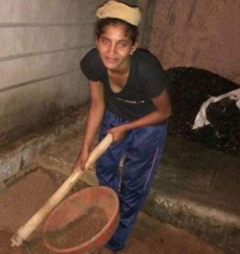 योगा में जीते तीन गोल्ड मेडल, पढ़ाई के लिए करती है मजदूरी