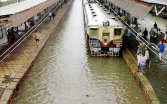 मुंबई में 24 घंटे से लगातार बारिश, लेट चल रहीं लोकल ट्रेनें