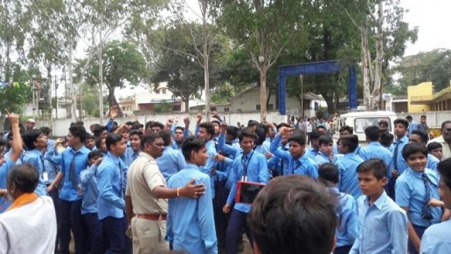 स्कूल के संचालन को लेकर भिड़े सोसायटी और टीचर्स, बच्चों ने किया चक्का जाम