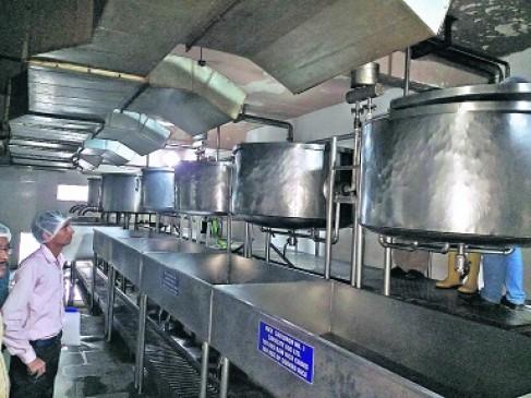 एक किचन, 121 कर्मचारी और 3 घंटे में बनता है 12 हजार बच्चों का खाना, जानिए कैसे