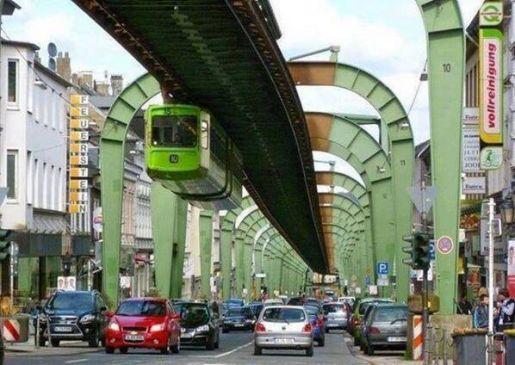 हैंगिंग ट्रेन, सड़क के ठीक ऊपर उल्टी चलती है जर्मनी की ये अनोखी TRAIN