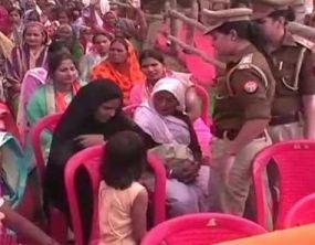 सीएम योगी आदित्यनाथ की रैली में मुस्लिम महिला से उतरवाया 'बुर्का'
