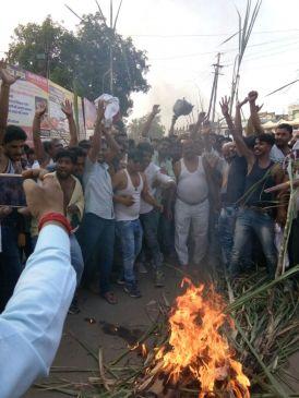 शुगर मिलों की मनमानी जारी, अर्धनग्न हो किसानों ने जलाई गन्ने की फसल