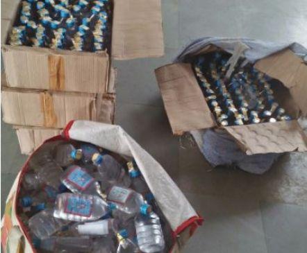 पुलिस की शह पर चल रहा था अवैध शराब का अड्डा, ग्रामीणों ने पकड़ा
