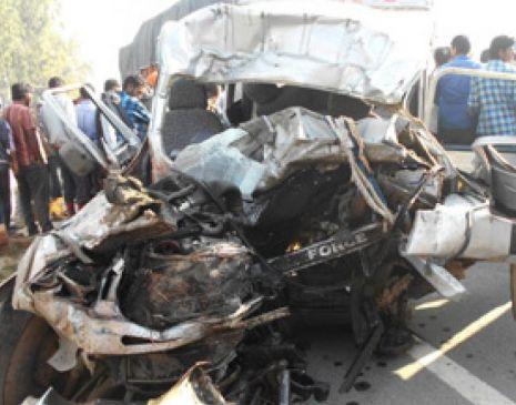 कार और ऑटो पर गिरा ट्रक, हादसे में 11 लोगों की दर्दनाक मौत