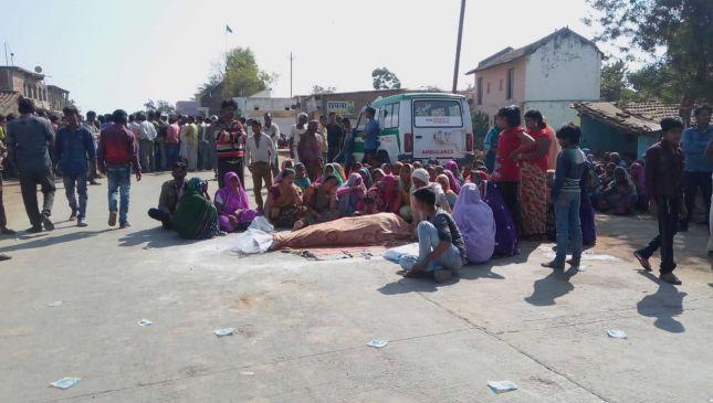 गोली मारकर युवक की हत्या, सड़क पर शव रखकर किया ग्रामीणों ने उग्र प्रदर्शन