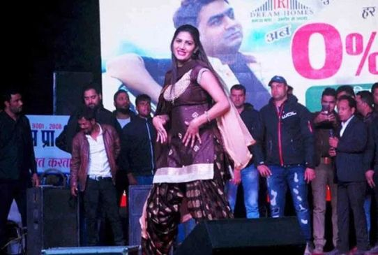 कानपुर: सपना चौधरी के शो में बेकाबू हुई भीड़, टिकट में योगी के फोटो से भड़के नेता