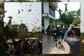 नागालैंड : जीत की खुशी में नेता जी बालकनी से उड़ाने लगे नोट, मची लूट-देखें Video