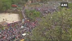 PMO तक नहीं पहुंच पाया AAP का विरोध मार्च, दिल्ली पुलिस ने संसद मार्ग से लौटाया