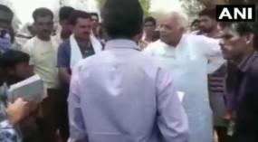 कर्मचारी पर भड़के बीजेपी नेता, मुंह काला करने और जूता मारने की दी धमकी