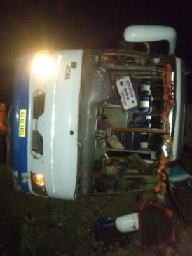 चावलपानी में यात्रियों से भरी बस पलटी, एक की मौत, 15 गंभीर