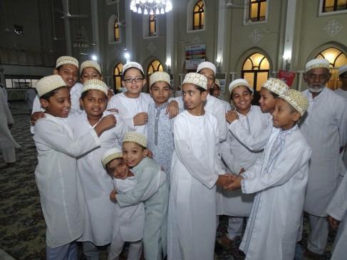 दाऊदी बोहरा समाज ने गुरुवार को मनाई ईद, गले मिलकर दी मुबारकबाद