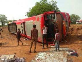 यात्रियों से खचाखच भरी बस पलटी, आधी रात सरई थाना क्षेत्र की घटना से मची अफरा-तफरी