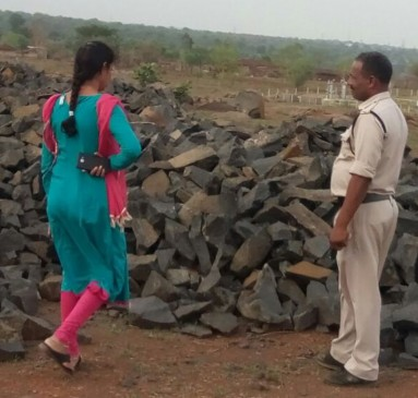 पत्थर के लिए नदी किनारे ब्लास्टिंग, लालपुर के पास खनिज विभाग को मिला जखीरा