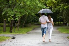 बारिश के रूमानी मौसम में इस तरह बनाएं पार्टनर का मूड