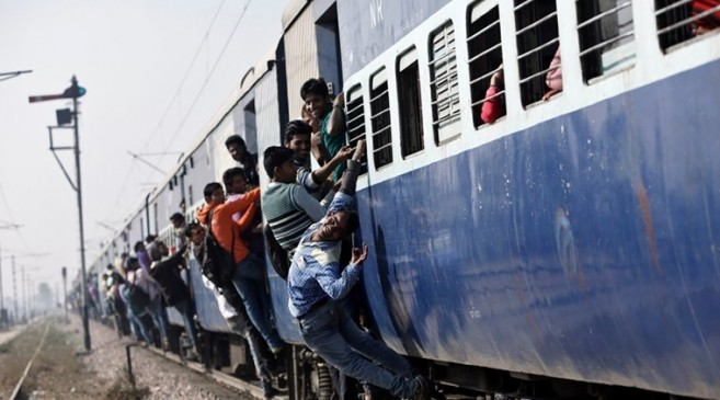 बिना टिकट यात्रियों से चार गुना फाइन वसूलने के मूड में हैं रेलवे