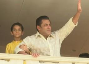 बालकनी में आकर सलमान खान ने अपने फैंस को दी ईद की शुभकामनाएं