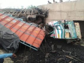 पुल के नीचे गिरा अनियंत्रित ट्रक, चालक-खलासी की मौत