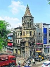 जर्जर होने के कारण मनपा ने गिराई 90 साल पुरानी इमारत