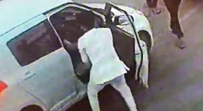 बीजेपी नेता के बेटे की दादागिरी, बीच सड़क युवक को जमकर पीटा, देखें वीडियो