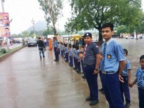 जन आशीर्वाद यात्रा : खराब मौसम के बीच मामा के इंतजार में सड़क किनारे खड़े रहे स्कूली बच्चे