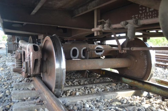 सिग्नल तोड़कर पटरी से उतरा मालगाड़ी का इंजन, शंटिंग के दौरान हुआ हादसा