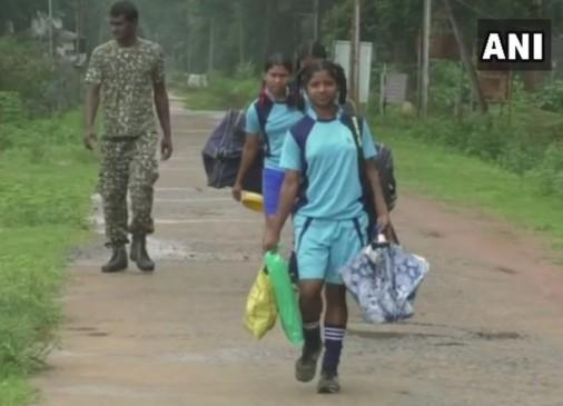 नक्सल प्रभावित क्षेत्र में ITBP बटालियन की नई पहल- लड़कियों को दे रहे हैं हॉकी ट्रेनिंग