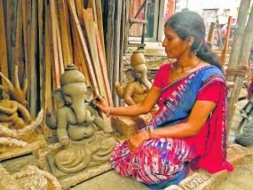 मिट्टी से देवता बनाने में गजब का हुनर रखती हैं ये महिलाएं, सावन लगते ही शुरू हुआ मूर्ति बनाना