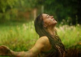 बारिश के पानी में खुल कर भीगें, स्कीन और बाल बनेंगे खूबसूरत