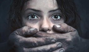 नाबालिग बेटी को शराब पिलाकर पिता और मामा रोज करते थे बलात्कार
