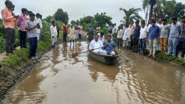 CM के गृह जिले में सड़कों का हाल बेहाल, सड़क के गड्ढों में विधायक चला रहे हैं नाव