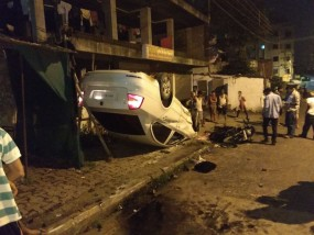 सड़क हादसा : तीन बार पलटी कार बाइक से जा टकराई, एक की मौत दूसरा गंभीर