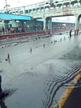 झमाझम बारिश से पानी-पानी हो गया नागपुर स्टेशन, ट्रेने घंटों लेट, बस सेवा भी प्रभावित