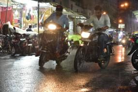 रिमझिम बरसात से भीग गई संतरा नगरी, रेल सेवा पर भी पड़ा असर