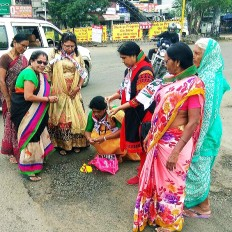 जानलेवा बन गई सड़क, परेशान जनता ने रख दिया नाम मुख्यमंत्री देवेंद्र फडणवीस मार्ग