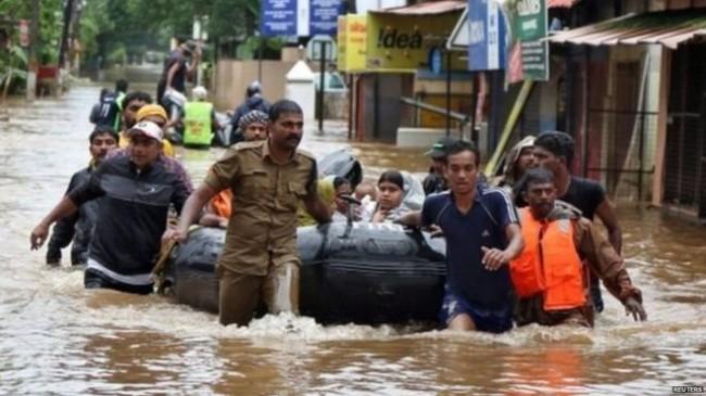 केरल बाढ़ : महाराष्ट्र से 100 डॉक्टर कर रहे मदद, शिवसेना विधायक-सांसद देंगे एक माह का वेतन